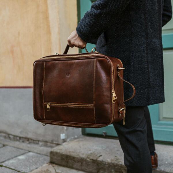 10x nahast seljakott kaamerakott reisikott pruun käes