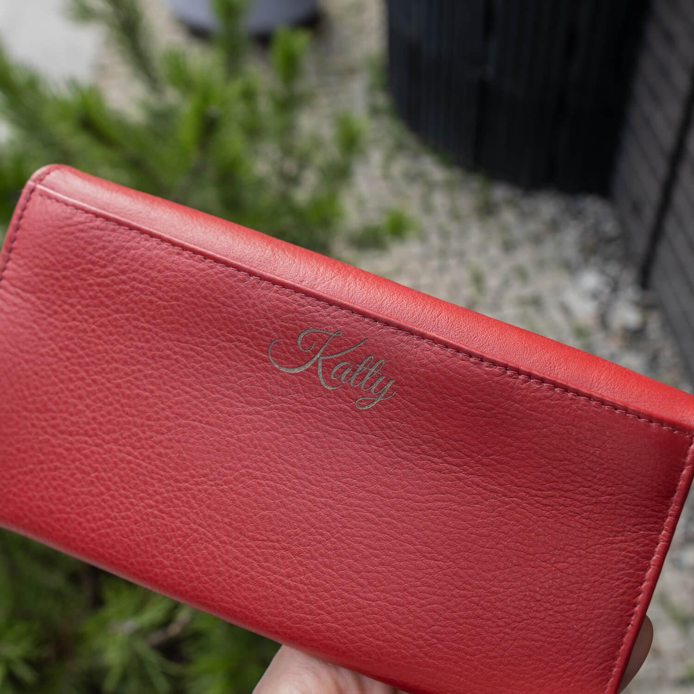 punane graveeringuga rahakott